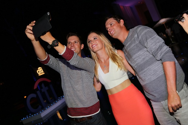 A quick selfie with fellow Tennis star, Caroline Wozniacki (©Getty Images)